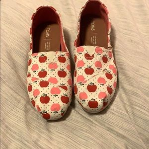 Toms brand new never worn apple pattern Sz 7.5